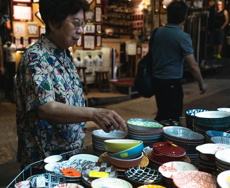 women buying bowl - jonathan_tsc | ello