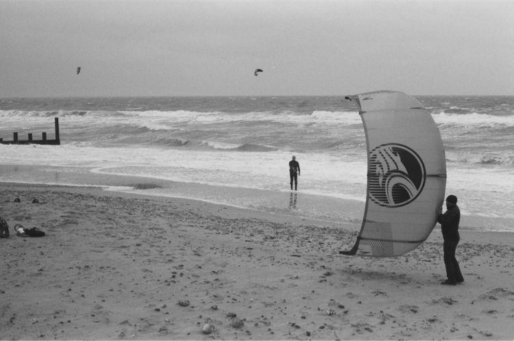 Kitesurfer preparing enter ocea - ellokitesurfers | ello
