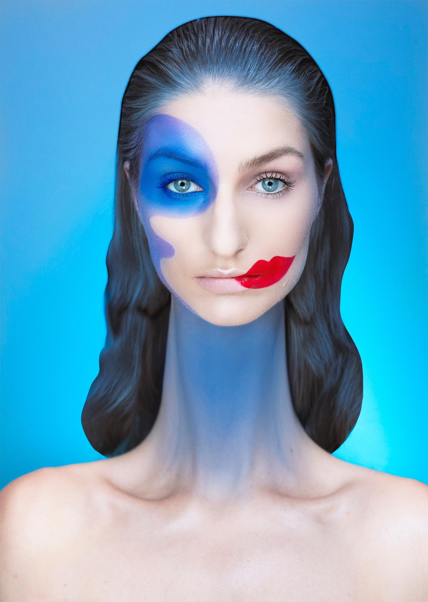 Obraz przedstawia portret kobiety z nienaturalnie długą szyją. Całość na niebieskim tle.