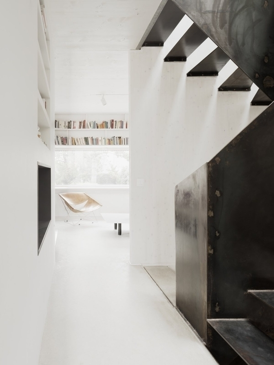 Hallway stairwell. Marly House  - upinteriors | ello