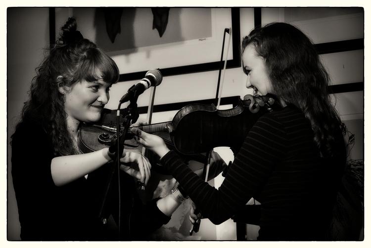 Members Folk-Fusion Trio 'Dear  - sselvejer | ello