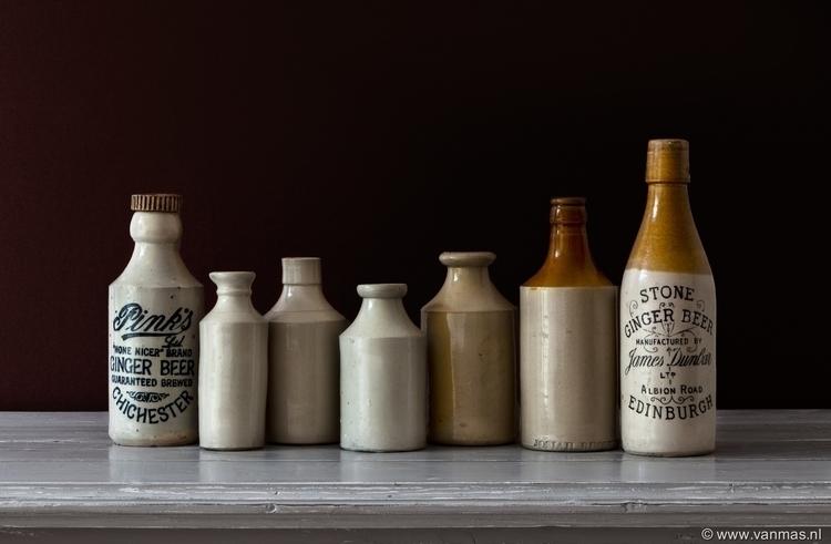 Stilleven met aardewerken flesj - vanmas | ello