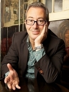 De Britse schrijver en komiek B - romenu   ello
