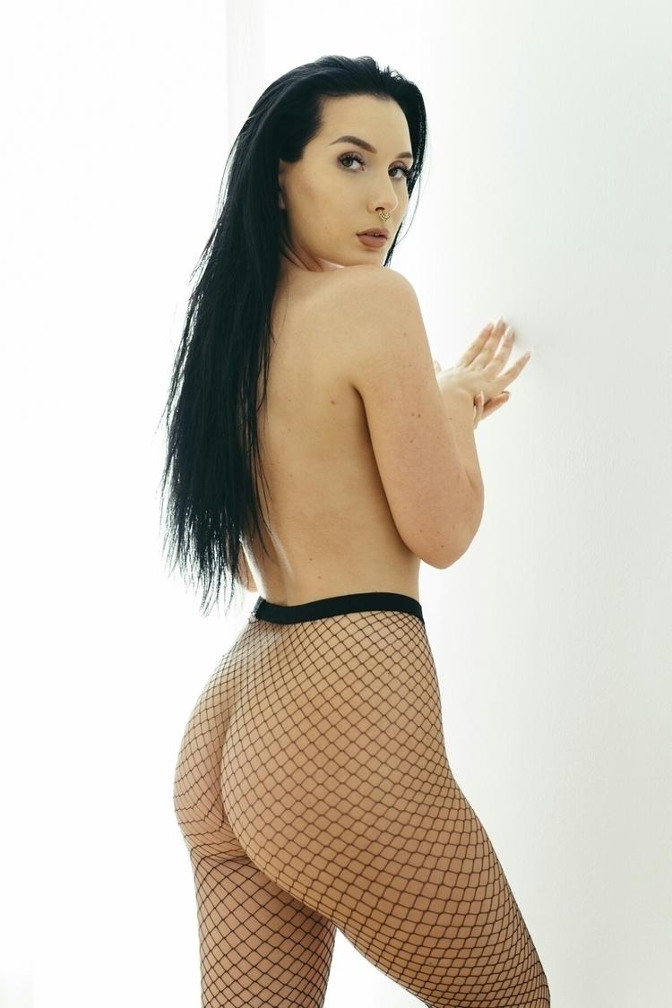 Model: Saara Taussi - fashion, fishnet - capturedbyannajulia | ello