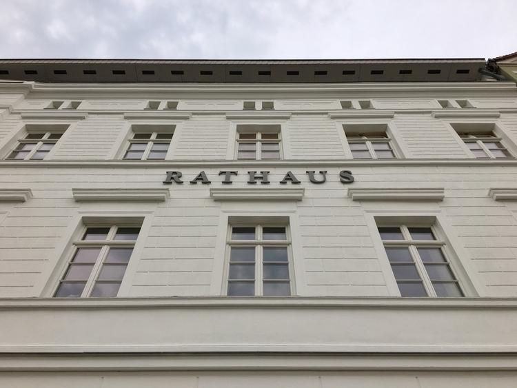 walking Bahnhof. Bergen auf - Rathaus - rowiro   ello