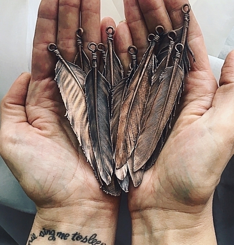 hands... Feathers obsession. el - amykaeatelier | ello