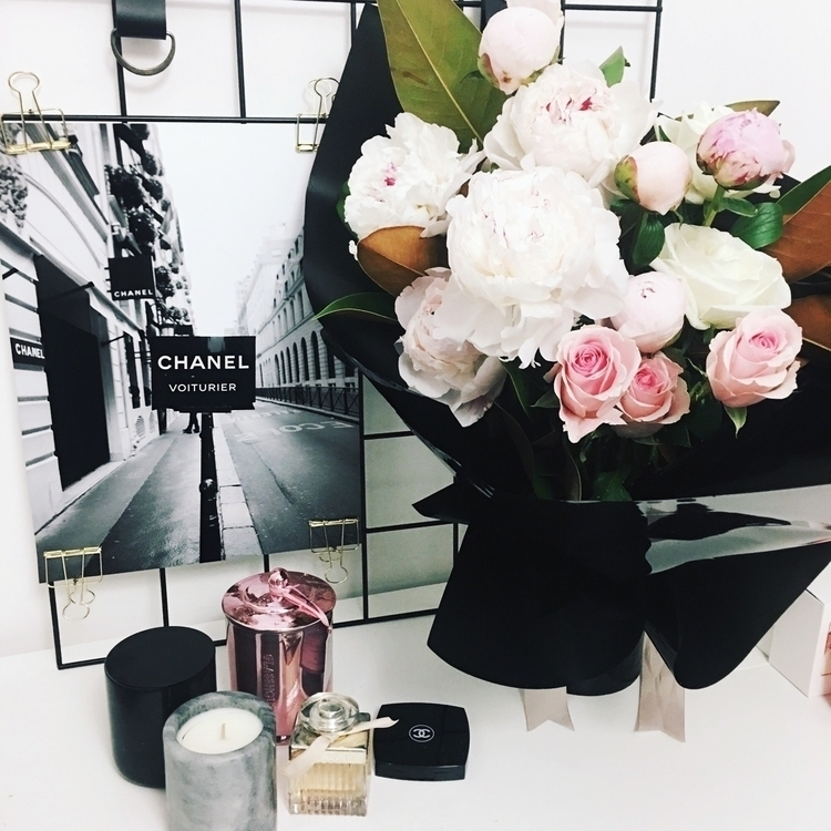 Blooms Chanel hand hand - petitedesfleur - petitedesfleur | ello