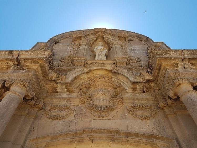 Checking Arc de Sant Benet Gate - rowiro   ello