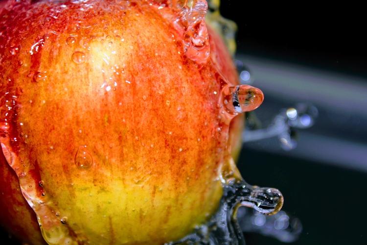 beautyfull wash apple - macro, water - rockedly | ello