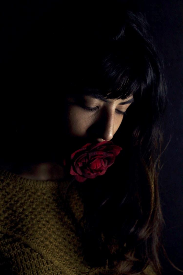 Autorretrato con flor en la boc - laotradai | ello