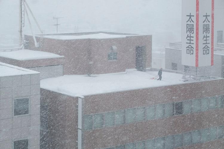 Clearing roof snow. Aomori - Japan - nickpitsas | ello