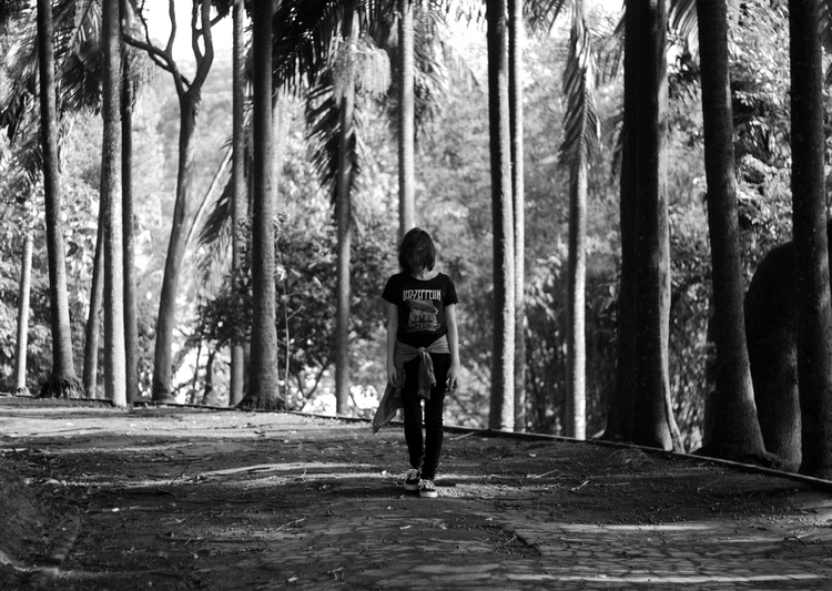 Victória-Woods - bw, girl, woods - dennermac | ello