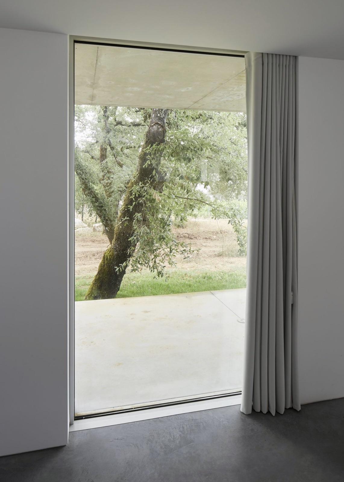 Floor ceiling window. Fanu Hous - upinteriors | ello