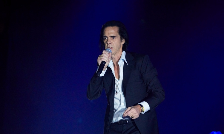 moment Nick Cave walks Manchest - valosalo | ello