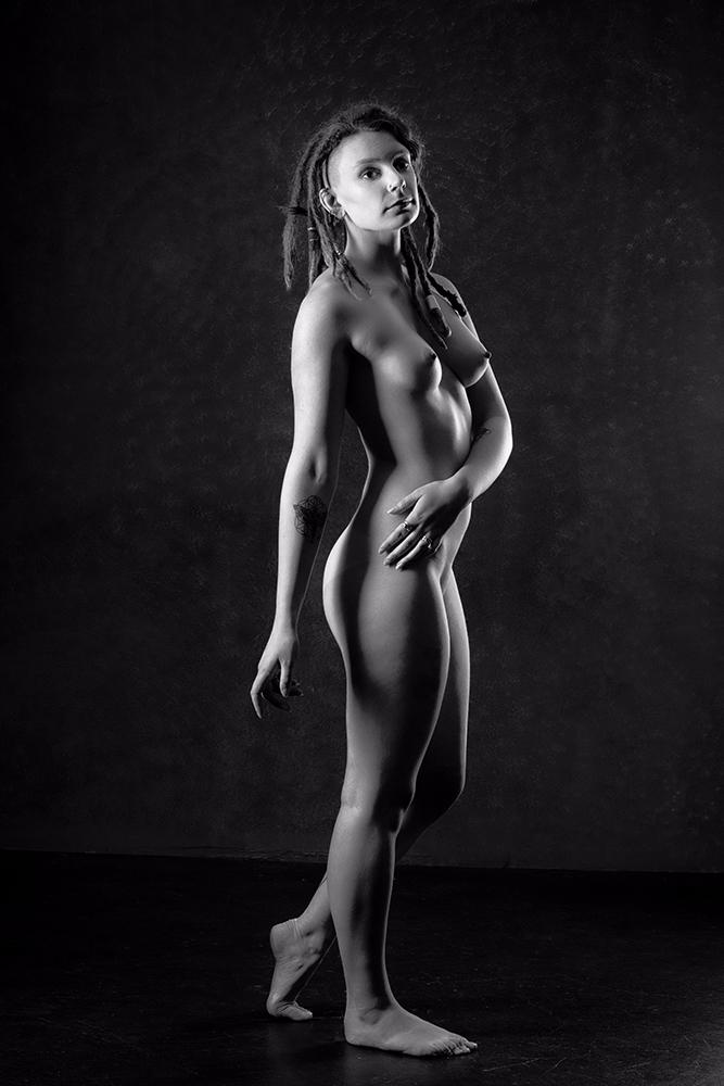Pretending statue - photography - f-delancey | ello