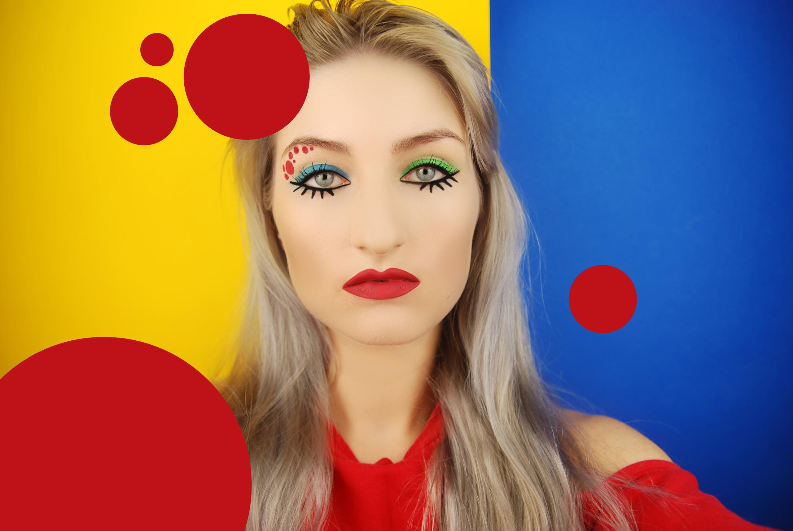 Zdjęcie przedstawia młodą kobietę w mocnym makijażu w czerwonej bluzce, na żółto-niebieskim tle. Dookoła kobiety widzimy czerwone koła.