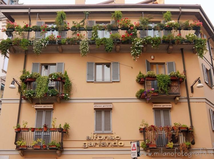 Milan (Italy): Flourished balco - milanofotografo | ello