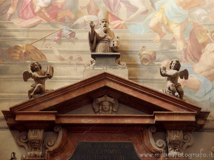 Milan (Italy): Pediment door sa - milanofotografo   ello