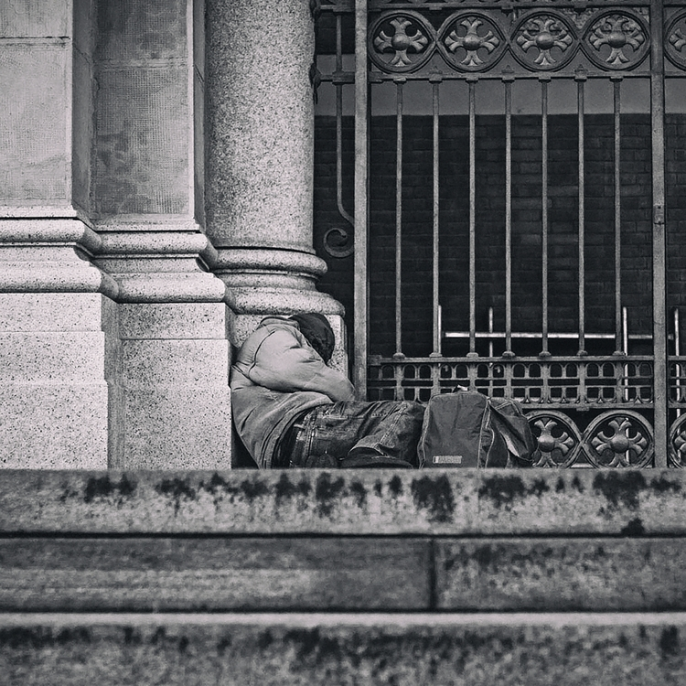 crisi, senzafissadimora, senzatetto - whitemadness | ello