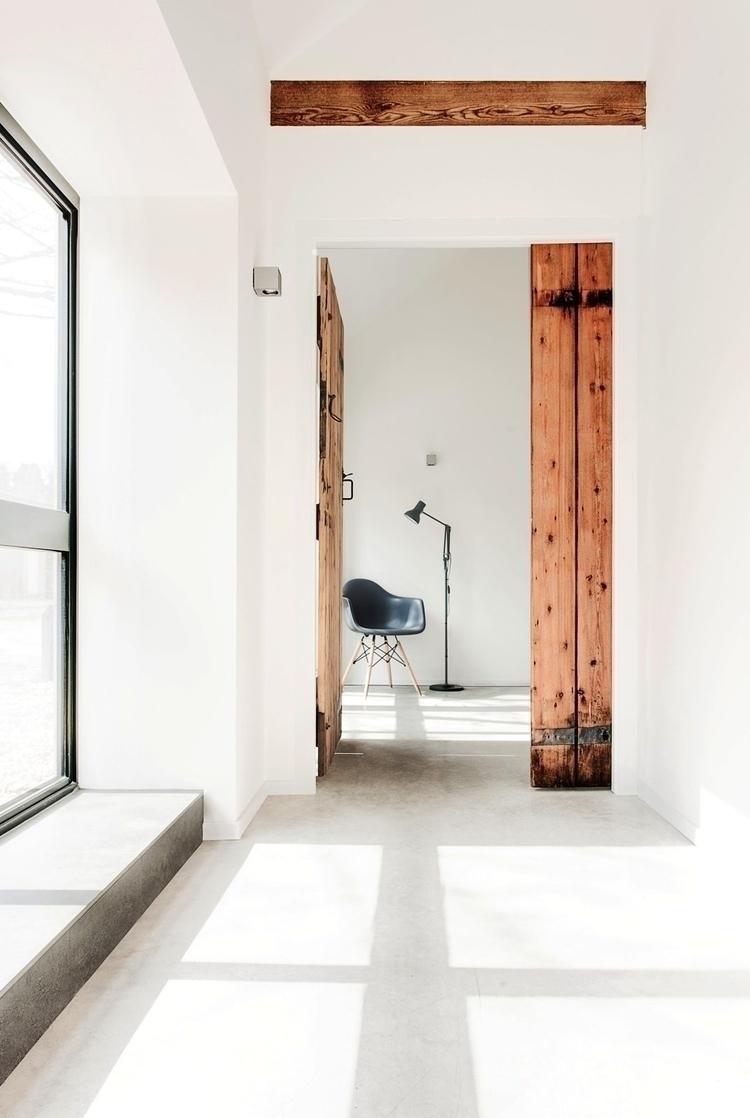 Hallway wooden door. Stables AR - upinteriors | ello