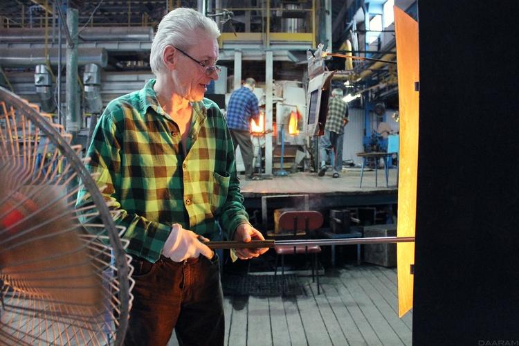Glass-blower working front oven - daaram   ello