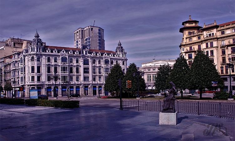 Plaza Escandalera. Al fondo el  - nataliasr81 | ello
