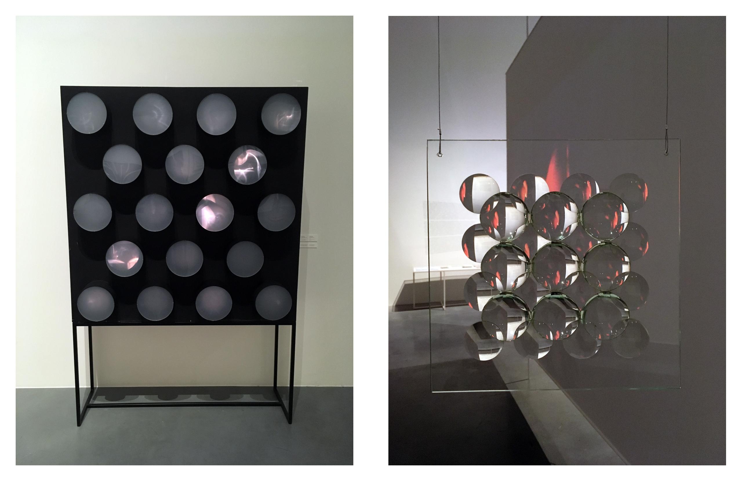 Obraz przedstawia dwa zdjęcia. Z lewej strony widzimy czarny kwadratowy obiekt z wyciętymi kołami, z lewej transparentny obiekt złożony z soczewek i zawieszony w przestrzeni.