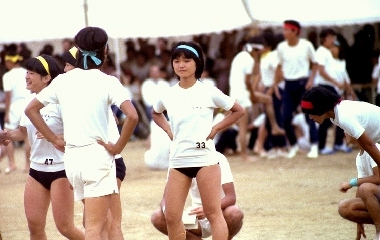 ブルマ姿のヴァージン中学生、、、、、、 思うがままに、服の上か - uekusakabu | ello