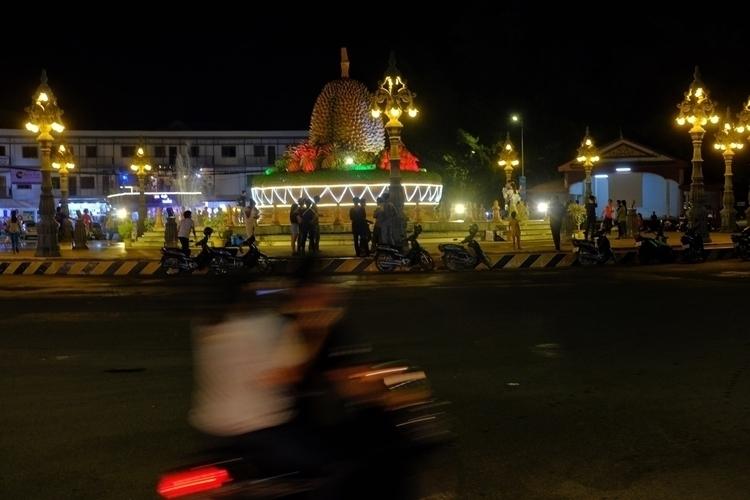 Kreisverkehr Kampot mit riesige - weltfarben | ello