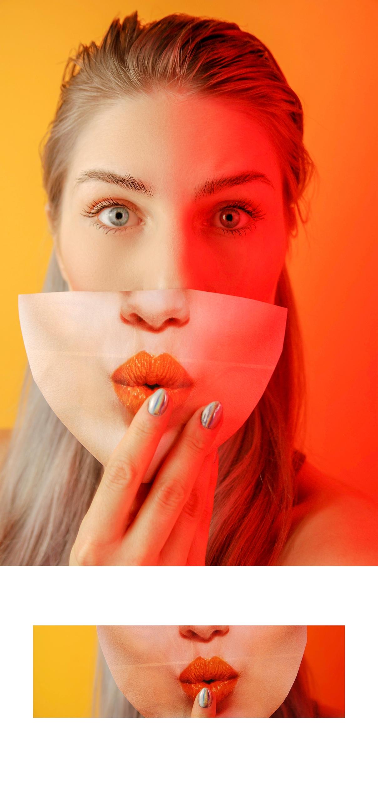 Obraz przedstawia dwa zdjęcia. Na większym widzimy młodą kobietę, która przysłania sobie twarz kawałkiem zdjęcia innej twarzy. Na dole na małym fragmencie zdjęcia widzimy ustai palec.
