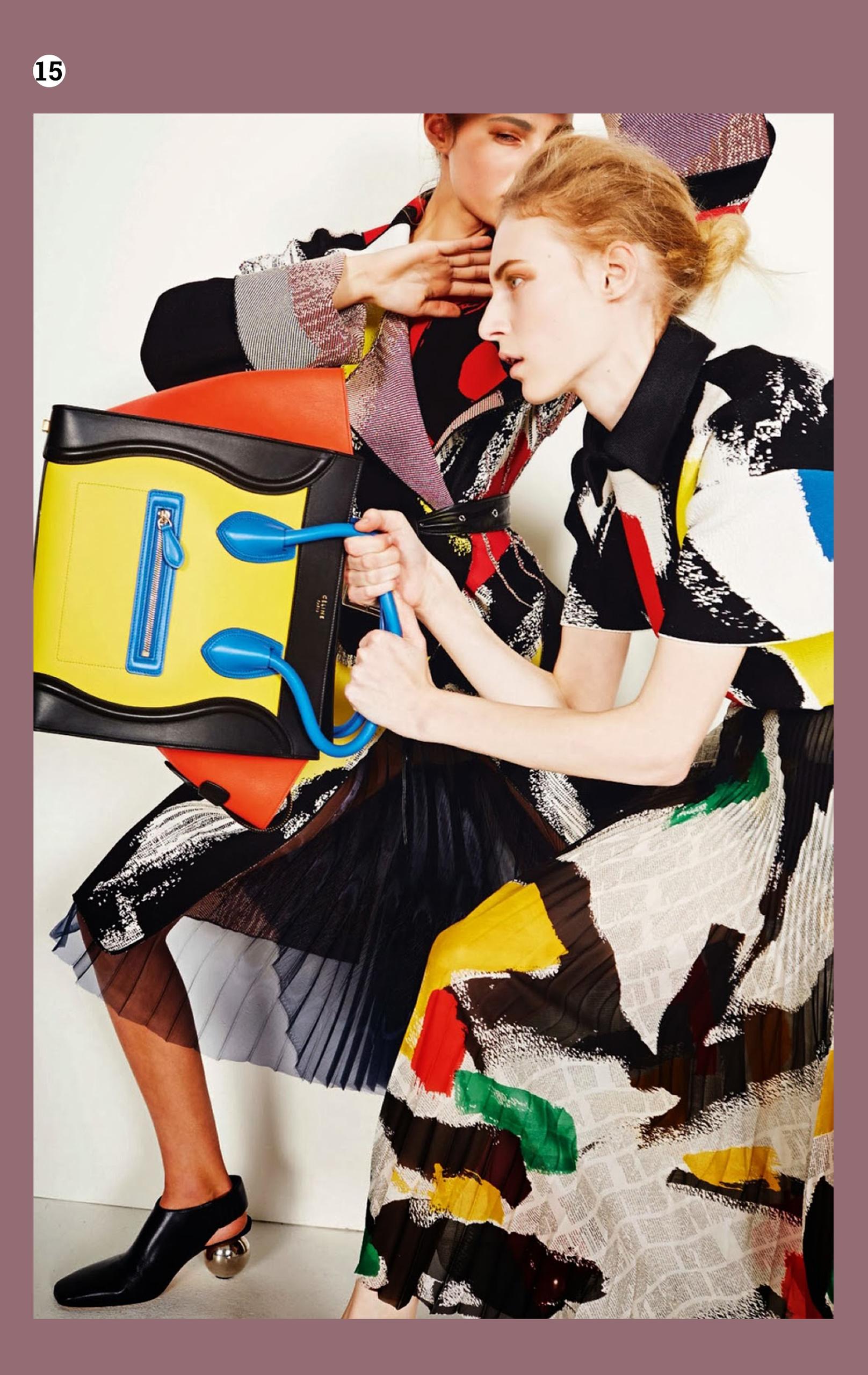 Zdjęcie przedstawia fotografię modelki w kolorowych ubraniach, która w ręku trzyma torebkę. Dookoła znajduje się fioletowa ramka.