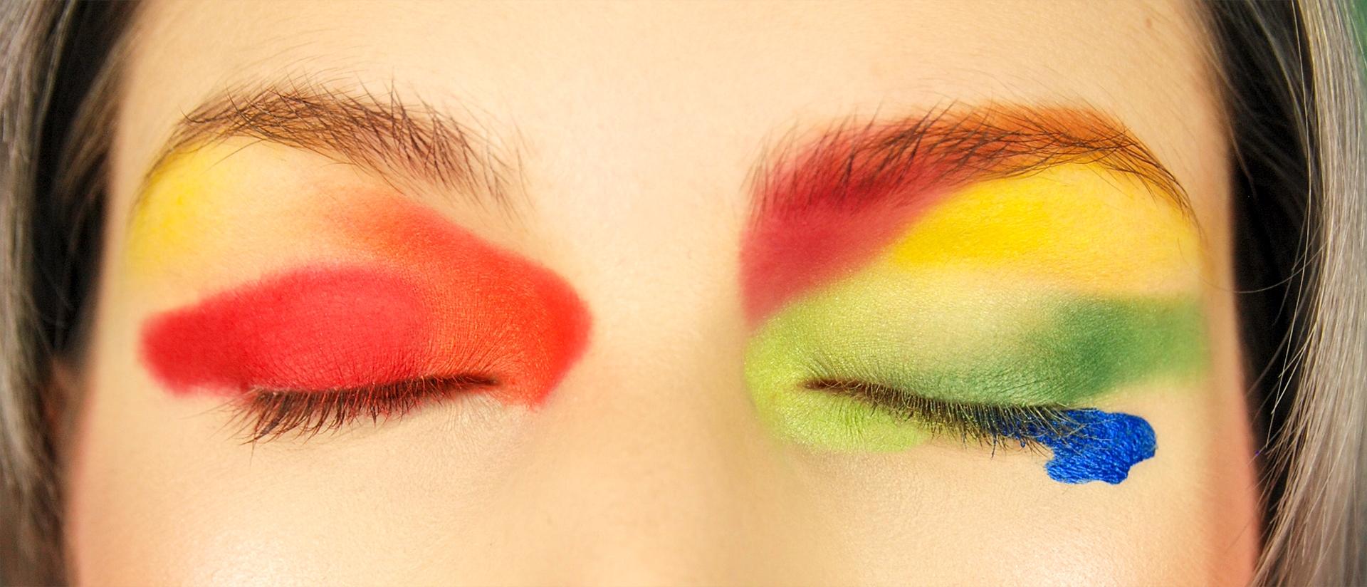 Zdjęcie przedstawia zamknięte oczy w mocnym, kolorowym makijażu.