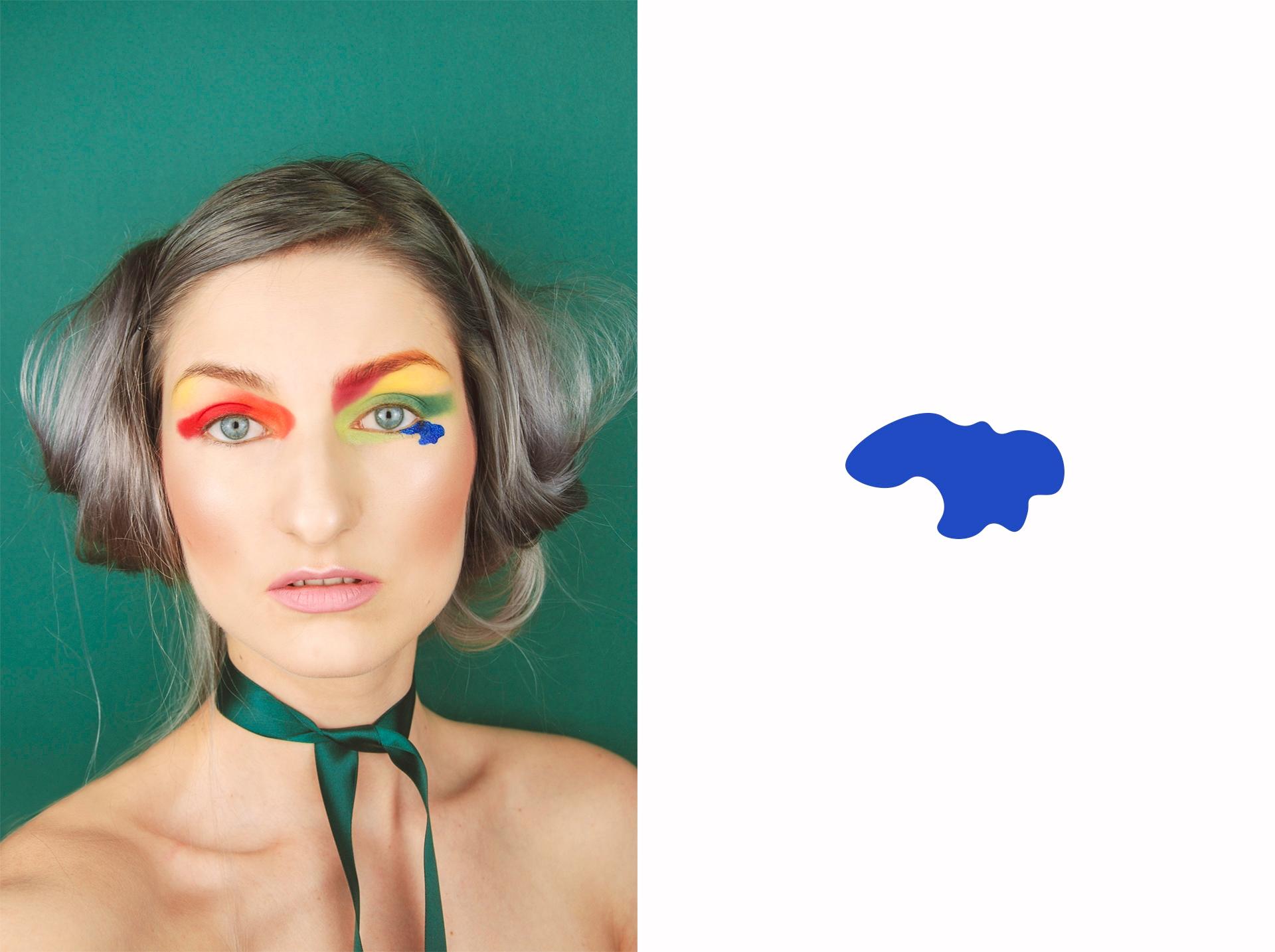 Zdjęcie przedstawia młodą kobietę na zielonym tle w mocnym makijażu oczu. Z lewej strony widzimy niebieską plamkę na białym tle.