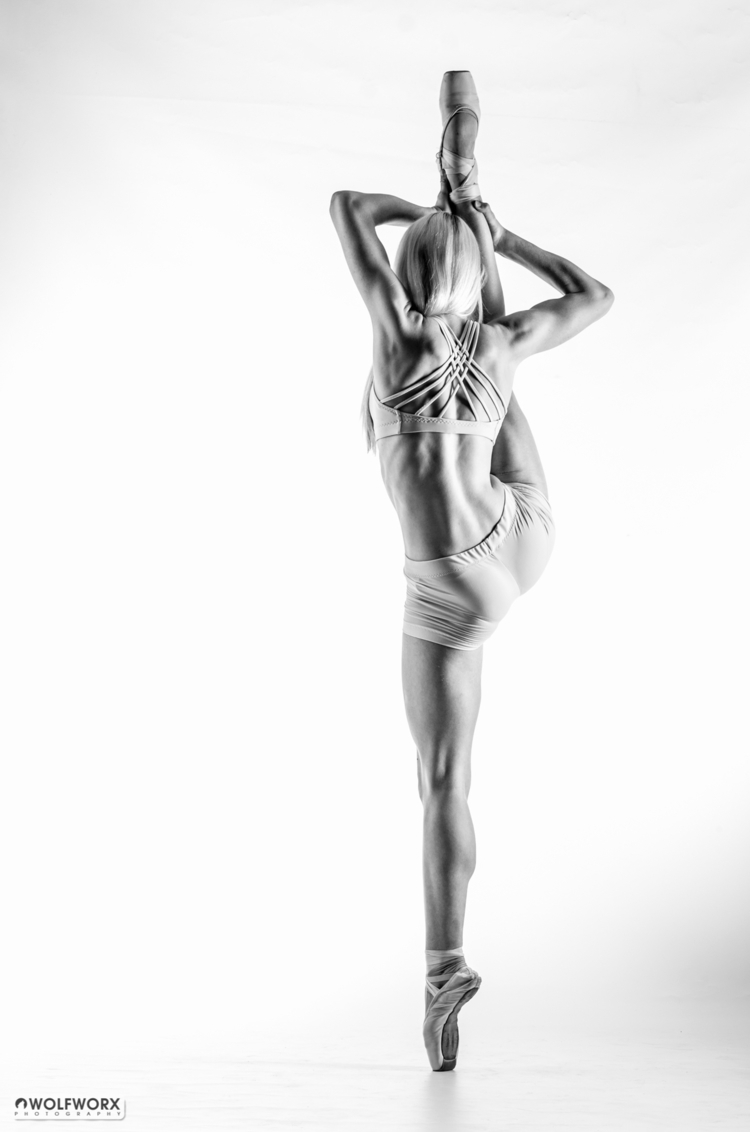 Dancer en pointe - dancer, ballerina - wolfworx_photography | ello