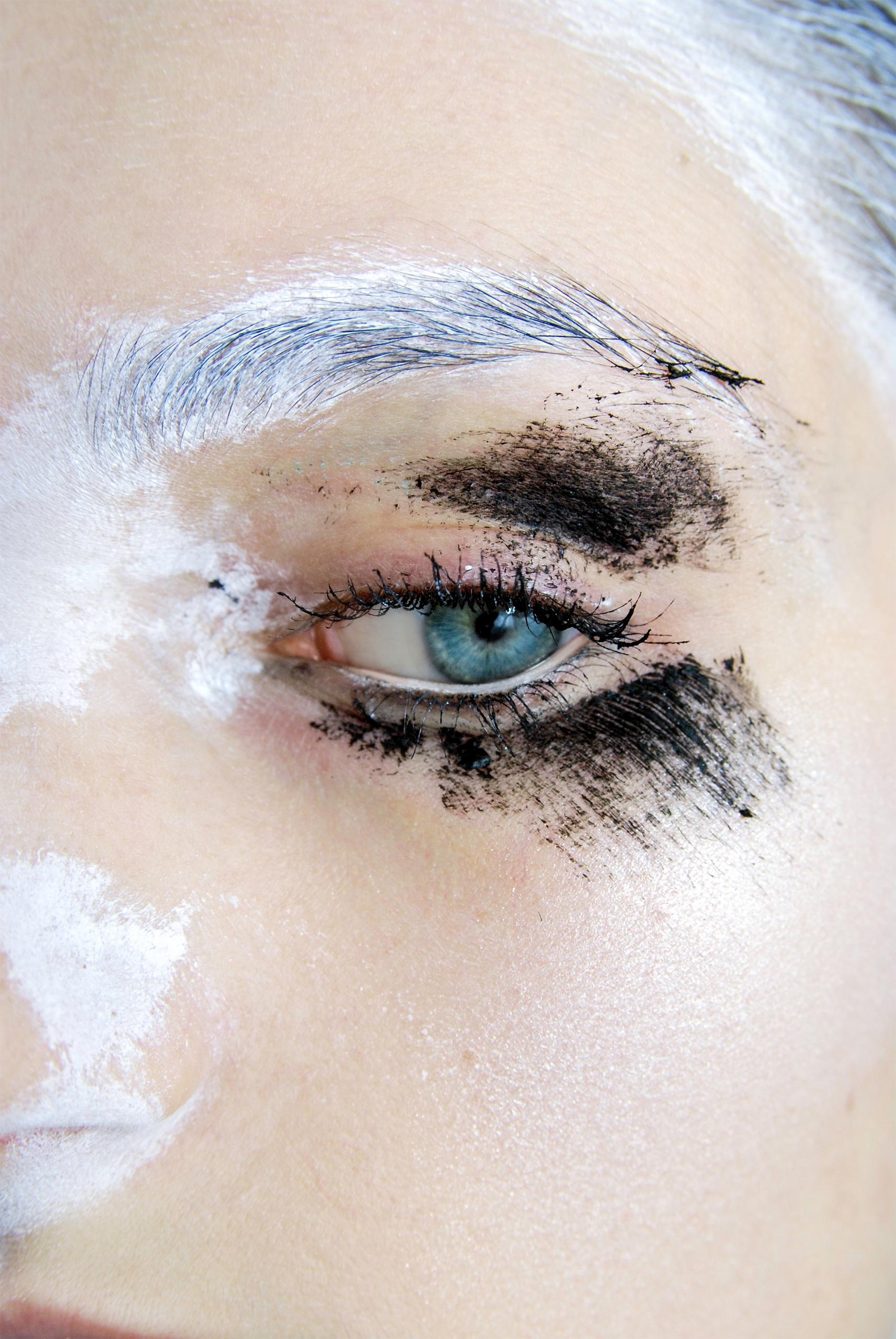 Zdjęcie przedstawia oko pomalowane białą i czarną farbą.