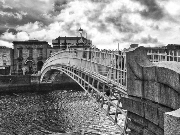 Ha'Penny Bridge Dublin, Ireland - andybroomfield   ello