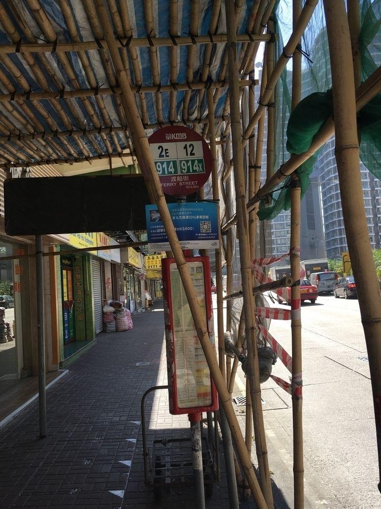 Hong Kong waiting bus - dragn | ello