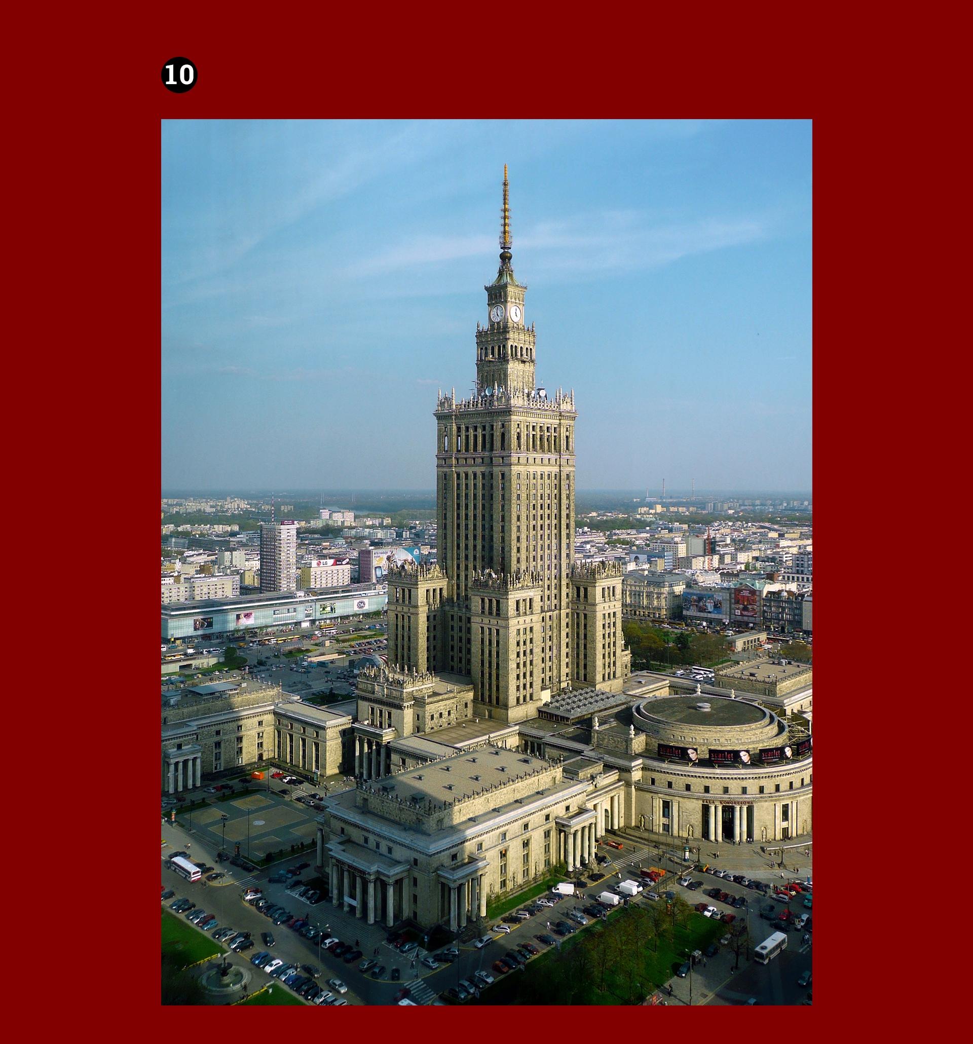 Obraz przedstawia fotografię Pałacu Kultury i Nauki w Warszawie. Zdjęcie umieszczone na bordowym tle.