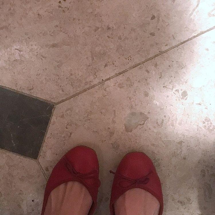 어딜 그렇게 자꾸 도망치고 싶은지 벌써 신발만 세켤레 째 - via_lactea | ello