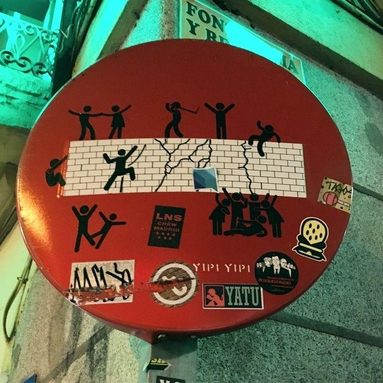 Walls (@yipiyipiyeah - Madrid, Malasaña - antoniofse | ello