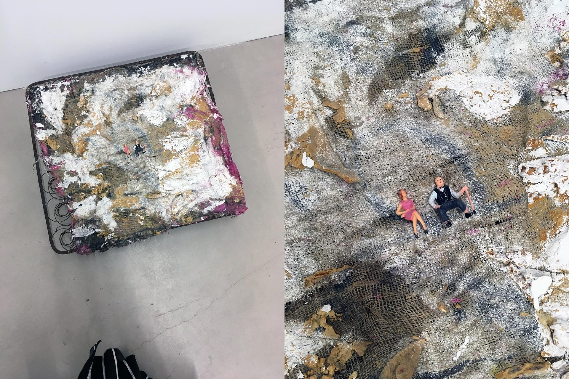 Obraz przedstawia dwa zdjęcia. Na pierwszym widzimy małe plastikowe ludziki leżące na pomalowanej farbą powierzchni. Drugie zdjęcie jest zbliżeniem pierwszego.