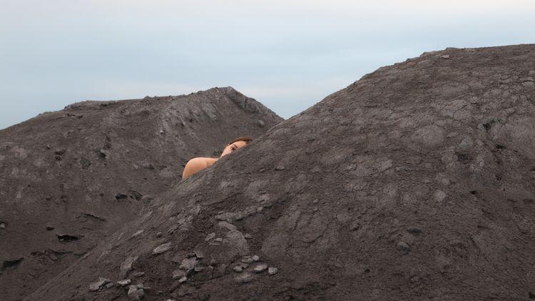 peekaboo - sand, hiding, photography - juliakraemer | ello