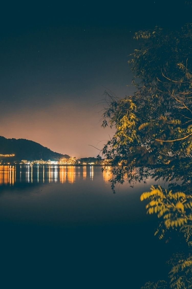 Nighttime lake shore, lots pret - fokality | ello