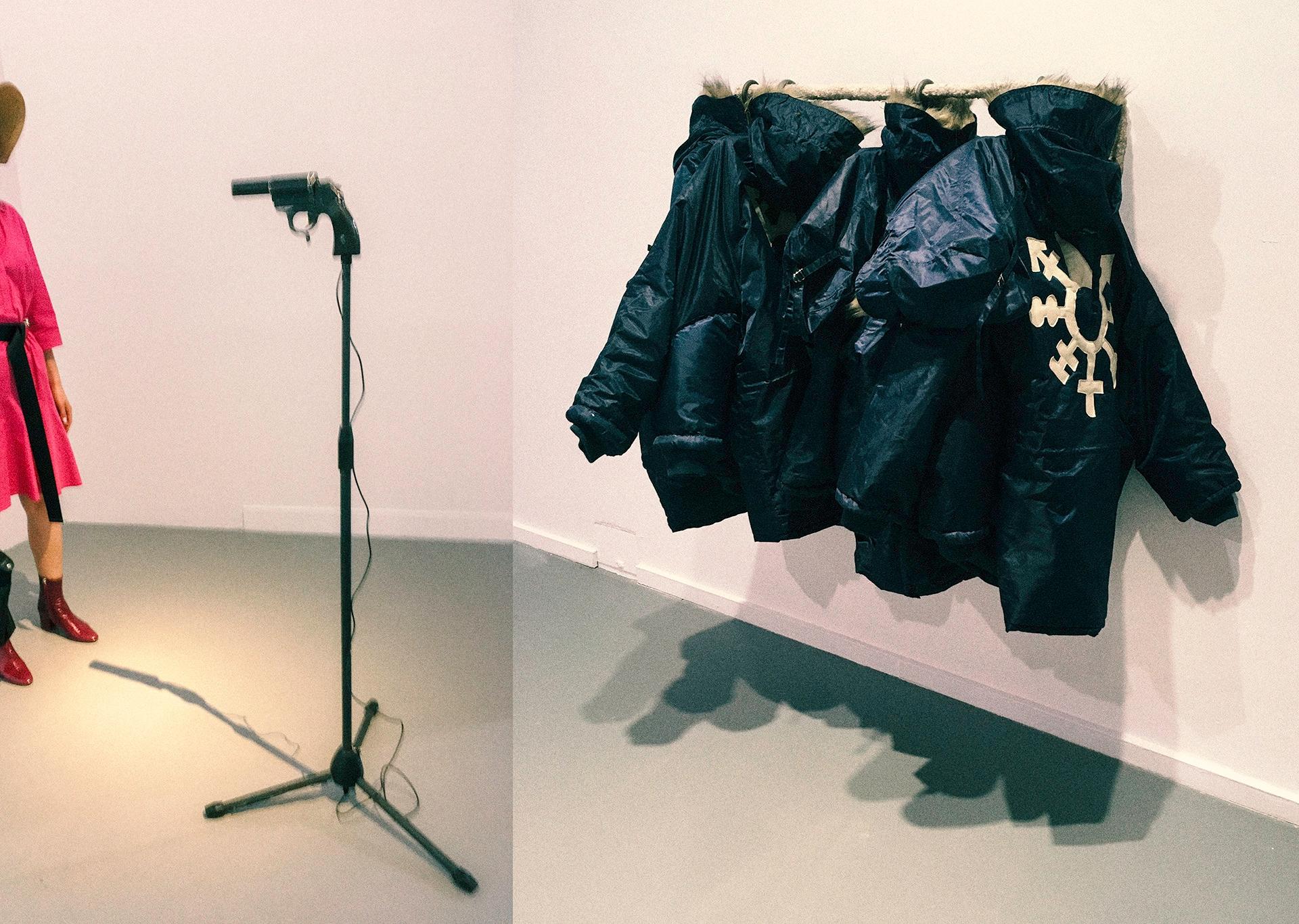 Zdjęcie podzielone jest na dwie części. Widzimy ciemne kurtki zawieszone na wieszaku i fragment postaci ubranej na różowo.