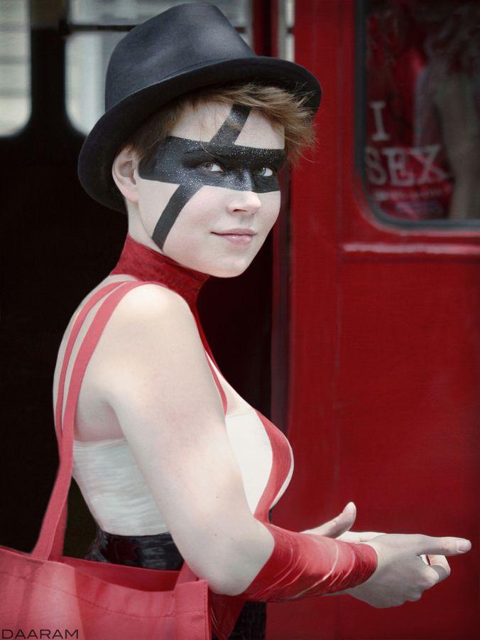 Girl Black Red: Portrait young  - daaram | ello