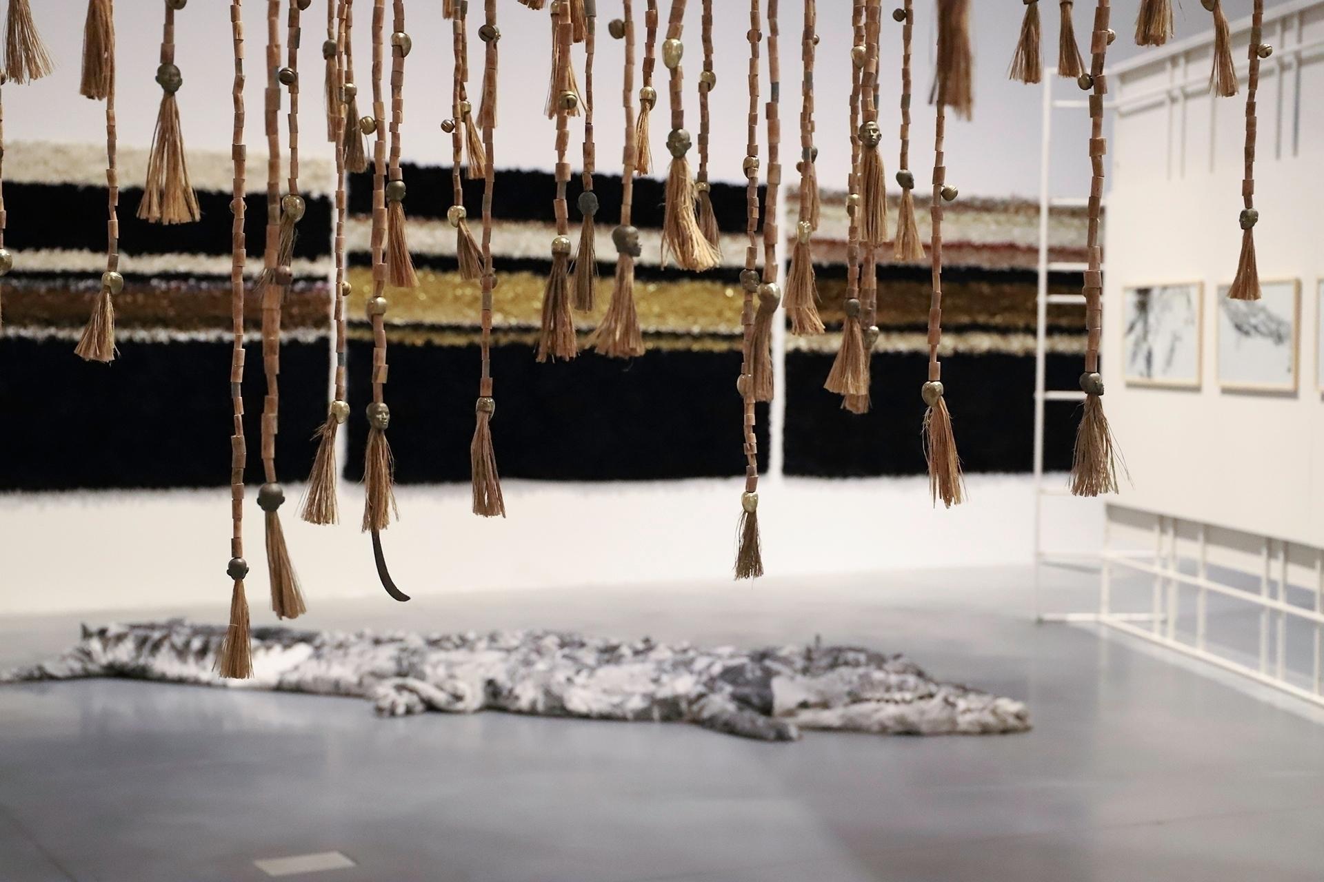 Zdjęcie przedstawia przestrzeń muzealną z eksponatami dookoła.