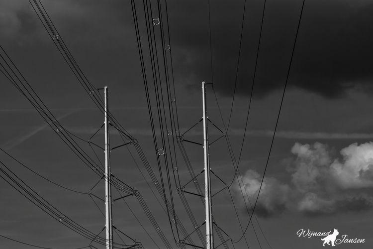 Conducting high voltage electri - artmen   ello