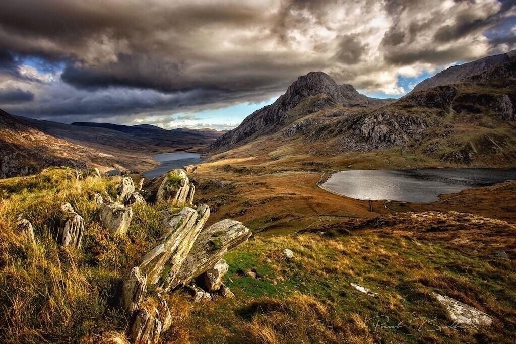 Brooding sky Tryfan Llyn Idwal - paulbullen | ello