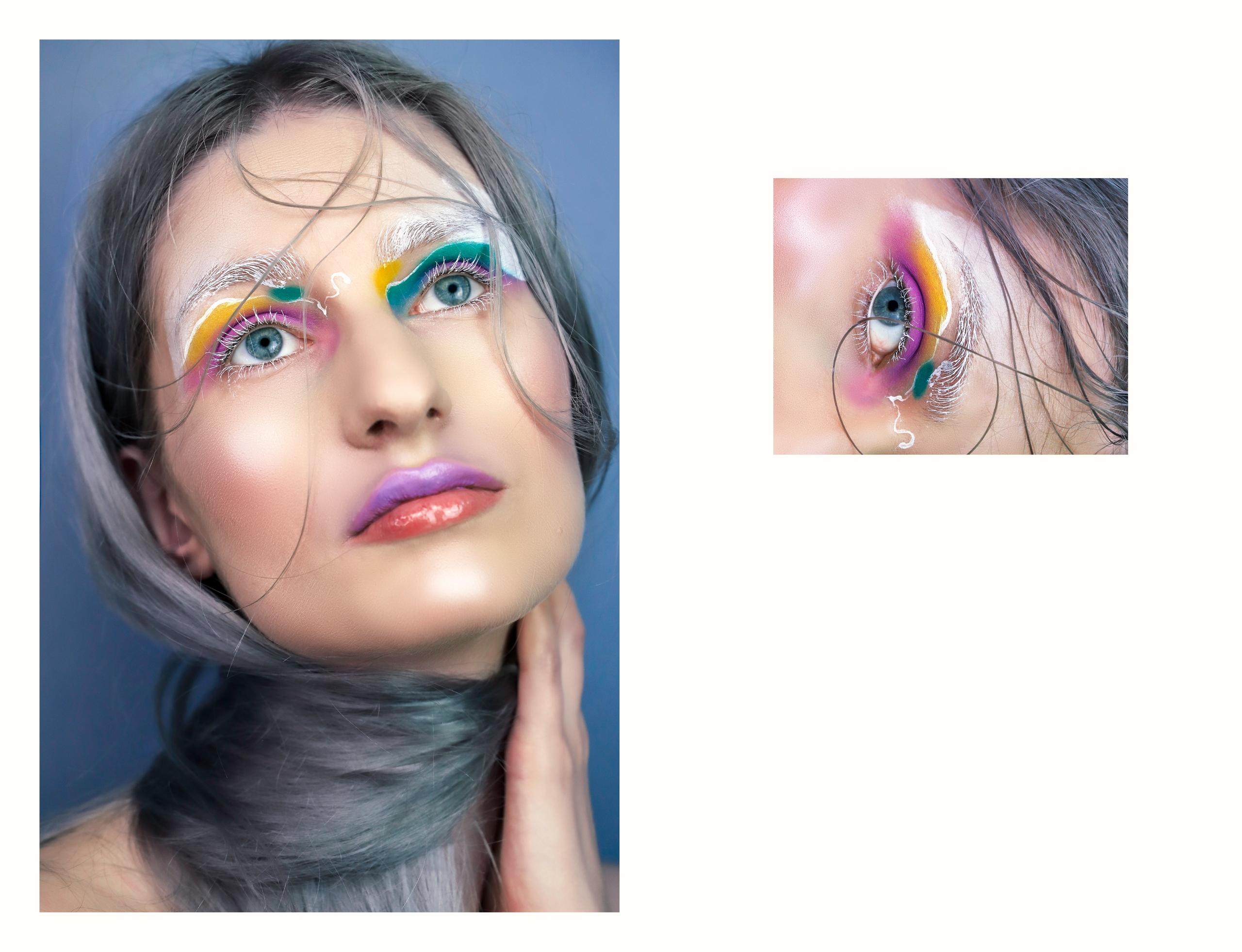 Obraz przedstawia dwa zdjęcia. Z prawej strony widzimy portret kobiety w kolorowym makijażu. Kobieta wznosi wzrok ku górze. Z lewej strony widzimy małe zdjęcie oka.
