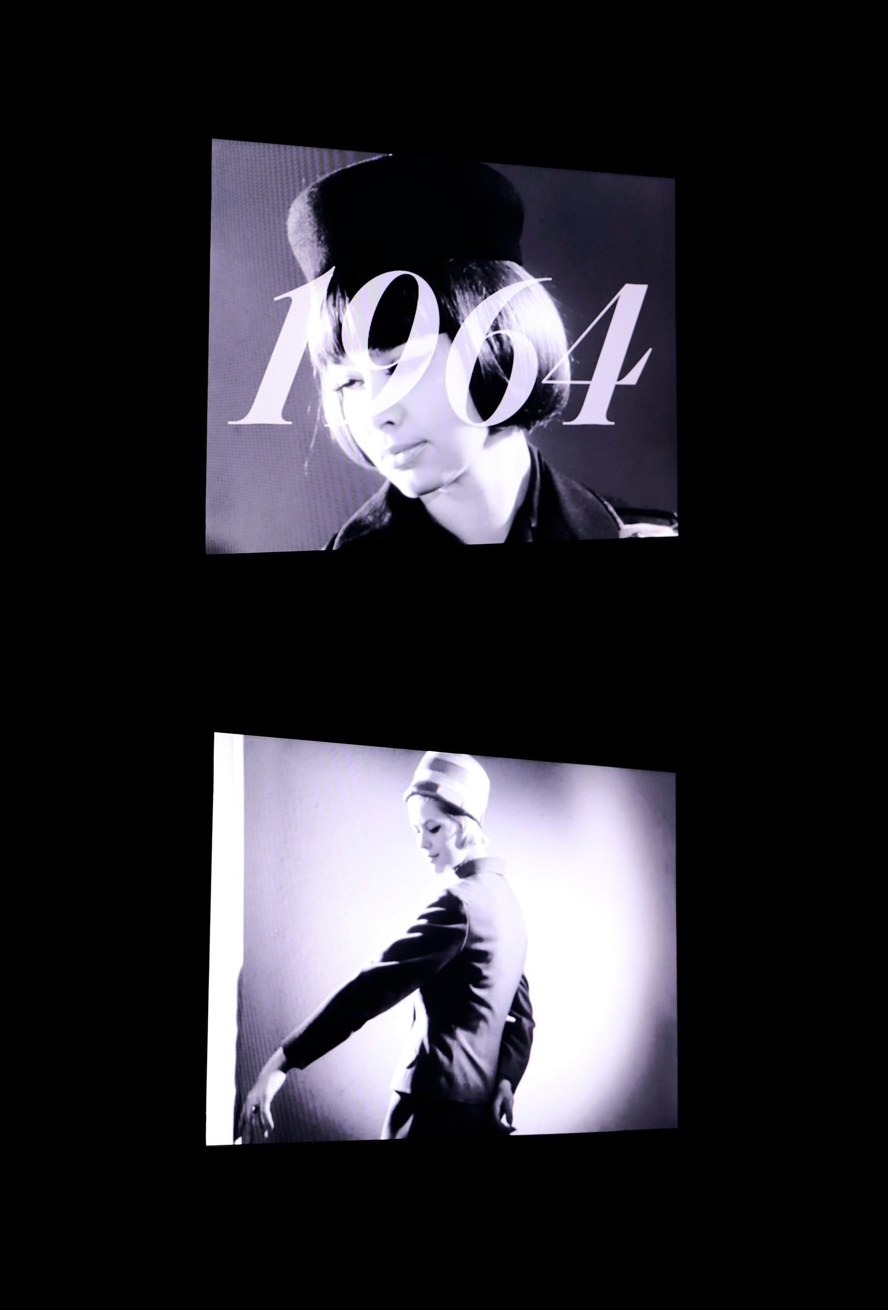 Zdjęcie przedstawia dwa ekrany, na których wyświetlany jest czarno-biały film.